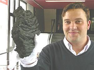 Dr. Mike Reich mit einem Strickstein, erkaltetes Magma