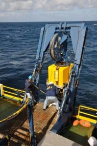 Der Tiefsee-Tauchrobotter Zeus wird zu Wasser gelassen