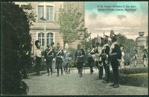 800px-Norddeutsche_Papier-Industrie_PC_Seine_Majestät_Kaiser_Wilhelm_II._vor_dem_Ulanen-Offizier-Casino,_Hannover_Januar_1913_Bildseite