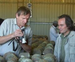 Wolfgang Knabe und Dieter Noli bei der Untersuchung der Kupferladung. © E. Knabe