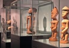 Ethnologische Objekte werden in modernen Museen oft vereinzelt und kunstgleich präsentiert. Inszenierung in der Ausstellung Foto: Landesmuseum Natur und Mensch