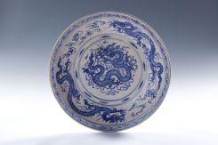 Der Teller mit stilisierten Drachen gehörte einst zur Fracht einer mittelalterlichen Hochseedschunke. Foto: LWL/Binh
